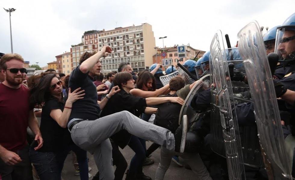 Scontri a Bologna tra polizia e manifestanti