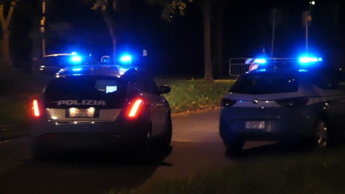 Auto della Polizia di Stato in servizio notturno